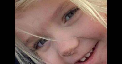 Criança de 3 anos morre dentro de carro enquanto a mãe e o namorado viam série